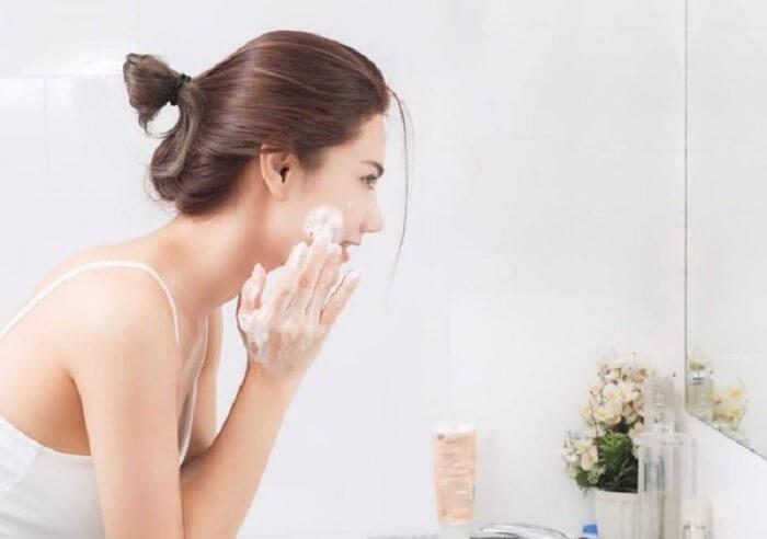 Làm sạch da trước khi dùng kem chống nắng