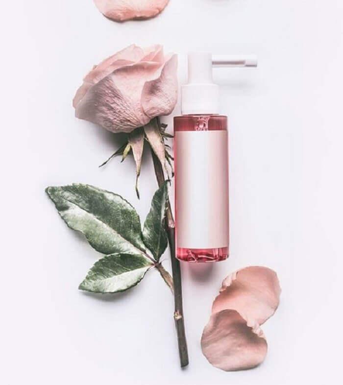 Nước hoa hồng có công dụng chính là cân bằng độ PH và giữ ẩm cho da