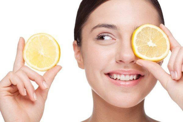 Sử dụng chanh là cách chăm sóc hiệu quả cho da dầu mụn - kem dưỡng trắng cho da dầu mụn