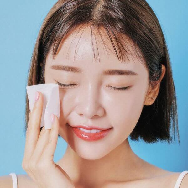 Đối với tẩy da chết hóa học, bạn nên dùng bông tẩy trang thoa lên mặt thau vì tay để đảm bảo vệ sinh.
