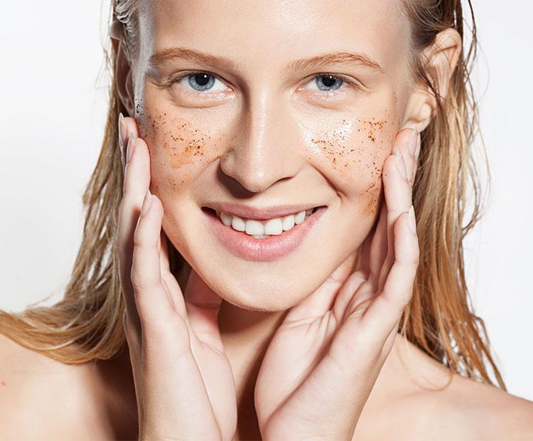 Khi tẩy tế bào chết cho da mụn bạn nên cẩn thận để da không bị tổn thương.