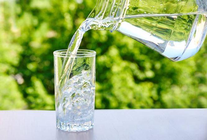 Một cốc nước trước bữa ăn là thói quen tốt để giảm cân
