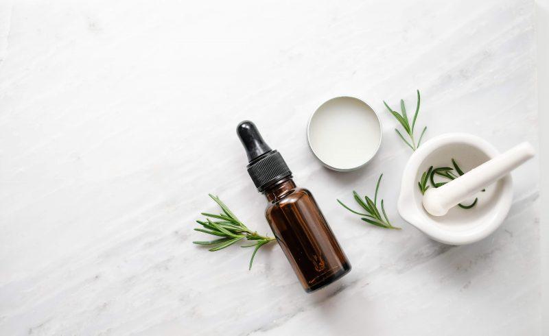 Sử dụng các sản phẩm có chiết xuất từ thiên nhiên sẽ giúp ích cho quá trình tái tạo da