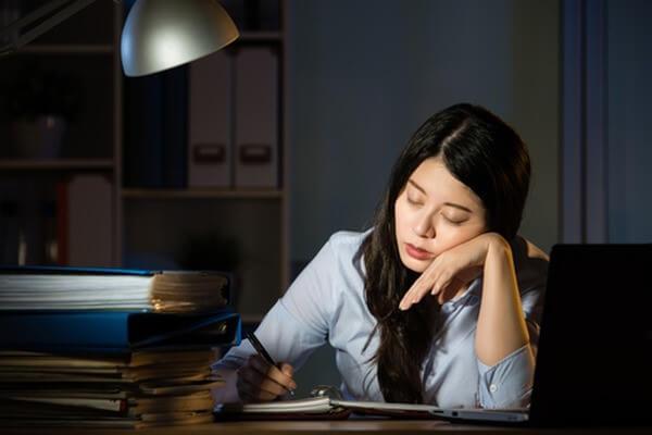 Áp lực từ công việc, cộng thêm việc thức khuya thường xuyên sẽ khiến da chúng ta nhanh lão hóa hơn - serum chống lão hóa cho tuổi 30