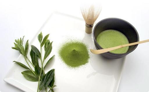 Bột trà xanh có nhiều công dụng như chống oxy hóa, làm săn chắc, làm sáng da