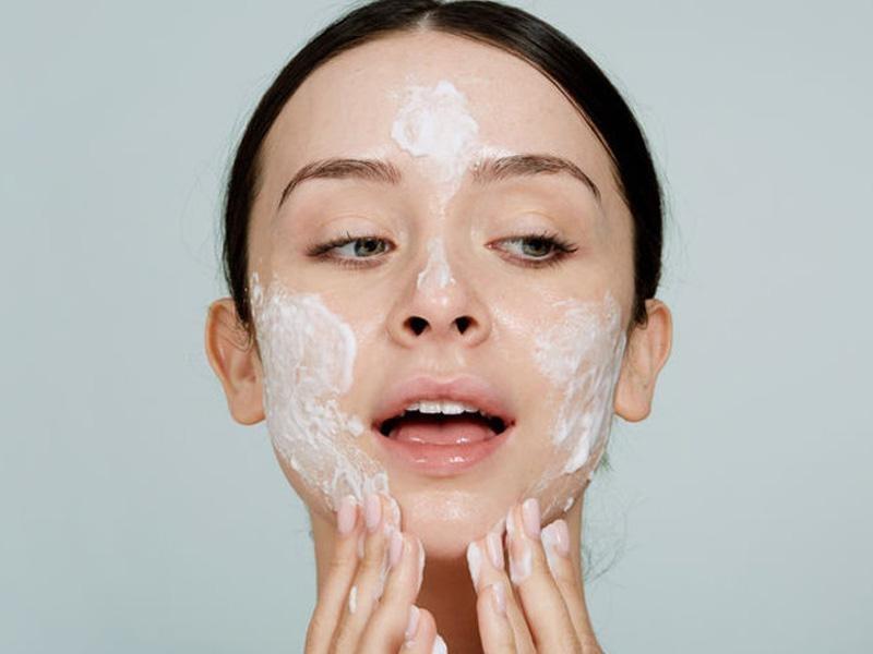 Da nhạy cảm nên sử dụng xen kẽ sữa rửa mặt cũ-mới cách ngày khi muốn thay đổi sữa rửa mặt