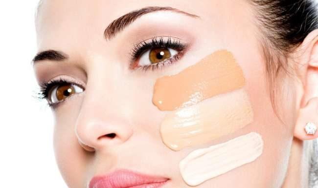 Da thường xuyên make up cần được tẩy trang trước khi rửa mặt