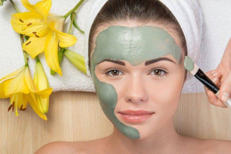 Đắp mặt nạ bùn cũng là một cách cải thiện vết thâm, làm sáng da, giảm dầu, hạn chế mụn viêm - serum trị thâm cho da dầu
