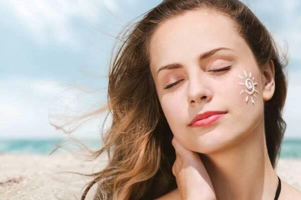 Đừng quên bôi kem chống nắng mỗi ngày để tránh tác hại từ tia UV - kem trị thâm mụn tốt