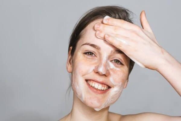 Đừng quên làm sạch da sau một ngày dài bạn nhé