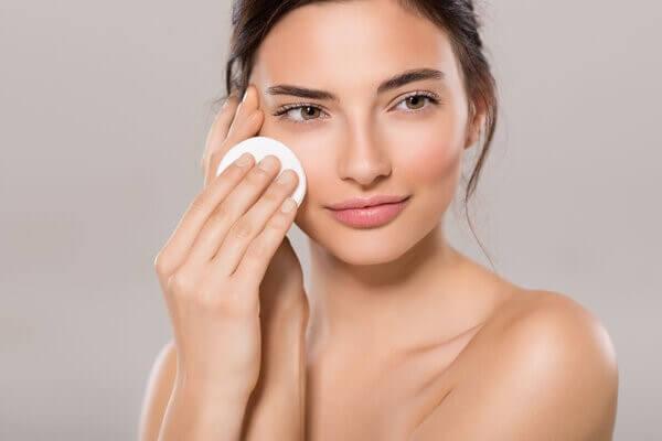 Đừng quên tẩy trang mỗi tối để da bạn được làm sạch sâu nhé - cách trị mụn đầu đen ở mũi