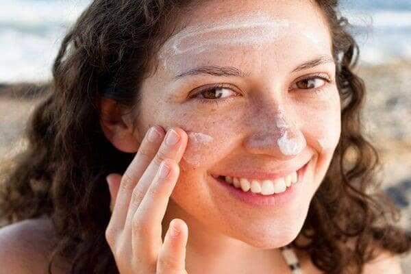 Đừng quên việc bôi kem chống nắng mỗi ngày để bảo vệ làn da của mình
