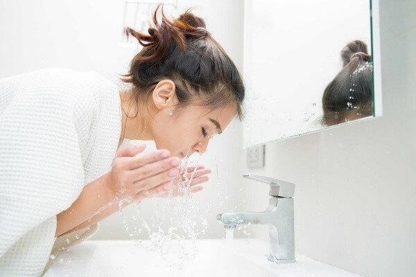 Đừng xem nhẹ bước làm sạch tưởng chừng như đơn giản này nhé - cách trị mụn đầu đen ở mũi