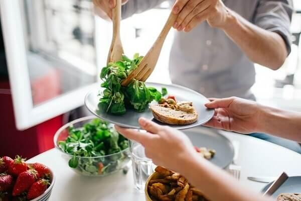 Eat clean đang là chế độ ăn được rất nhiều người áp dụng - cách trị mụn cám ở mũi