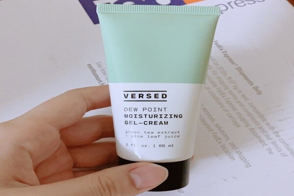 Kem dưỡng dạng gel mỏng nhẹ thích hợp cho làn da dầu mụn của Verse skincare