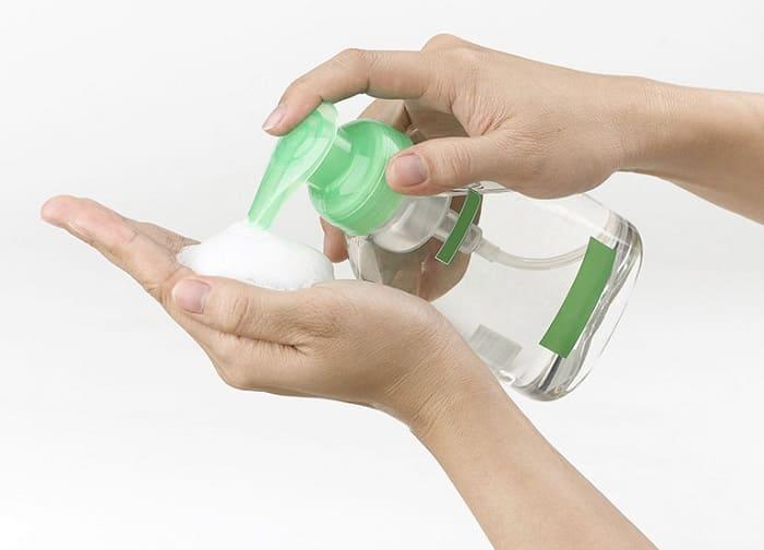 Khi có dấu hiệu viêm nhiễm vùng kín thì bạn có thể dùng dung dịch vệ sinh phụ nữ