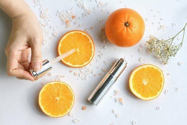 Không chỉ giúp hỗ trợ trong chống lão hóa mà vitamin C cũng rất hiệu quả để điều trị vấn đề nám, tàn nhang - serum trị nám tàn nhang hiệu quả