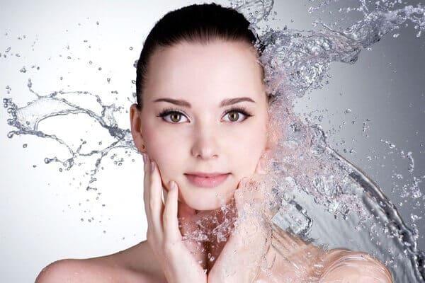 Làm sạch da mỗi ngày chính là bước căn bản cần thực hiện để giảm mụn cám của bạn