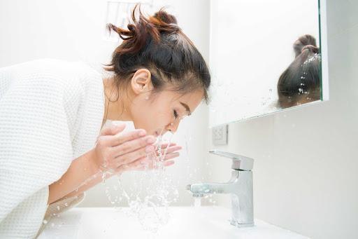 Làm sao để rửa mặt mà da vẫn ẩm