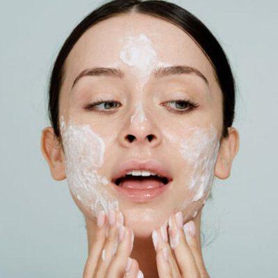 Làn da nhạy cảm đòi hỏi một sản phẩm rửa mặt vô cùng nhẹ dịu