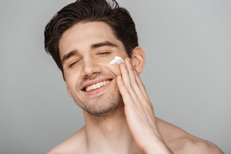 Dường kem dưỡng hoặc nước hoa hồng sau khi rửa mặt