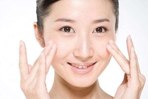 Massage trong quá trình sử dụng serum vitamin E giúp tăng khả năng thẩm thấu - Serum vitamin E có tác dụng gì