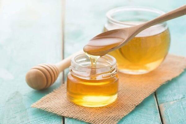 Mật ong không chỉ có lợi ích trong điều trị mụn mà phục hồi da cũng rất hiệu quả - cách trị mụn từ thiên nhiên