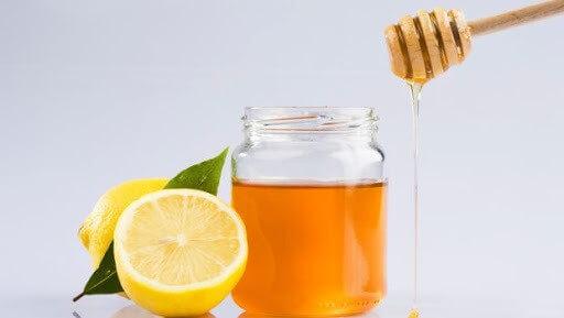 Mật ong và chanh là hai thành phần tự nhiên rất hữu ích trong điều trị mụn đầu đen - cách trị mụn đầu đen ở mũi