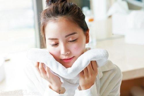 Nên dùng khăn bông sạch lau khô sau khi rửa mặt - một ngày nên dùng sữa rửa mặt mấy lần