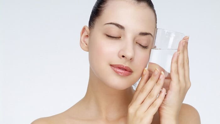 Ngủ sớm, uống đủ nước là một cách giúp da đẹp hơn, phát huy tác dụng của kem nền