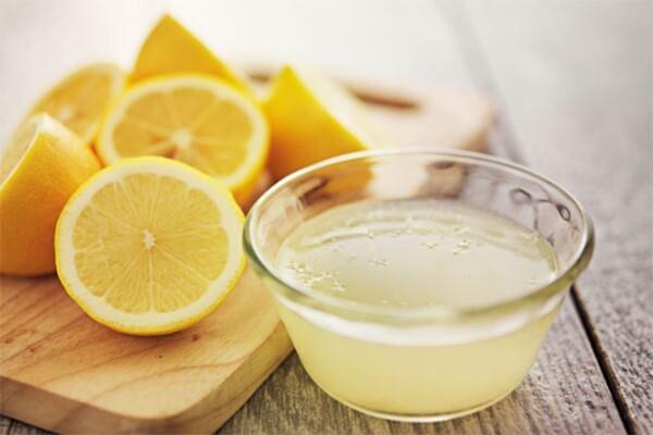 Nước chanh tuy rất có lợi cho sức khỏe, nhưng tính acid của chúng lại không phù hợp cho làn da nhạy cảm của bạn - trị nám da mặt bằng thiên nhiên
