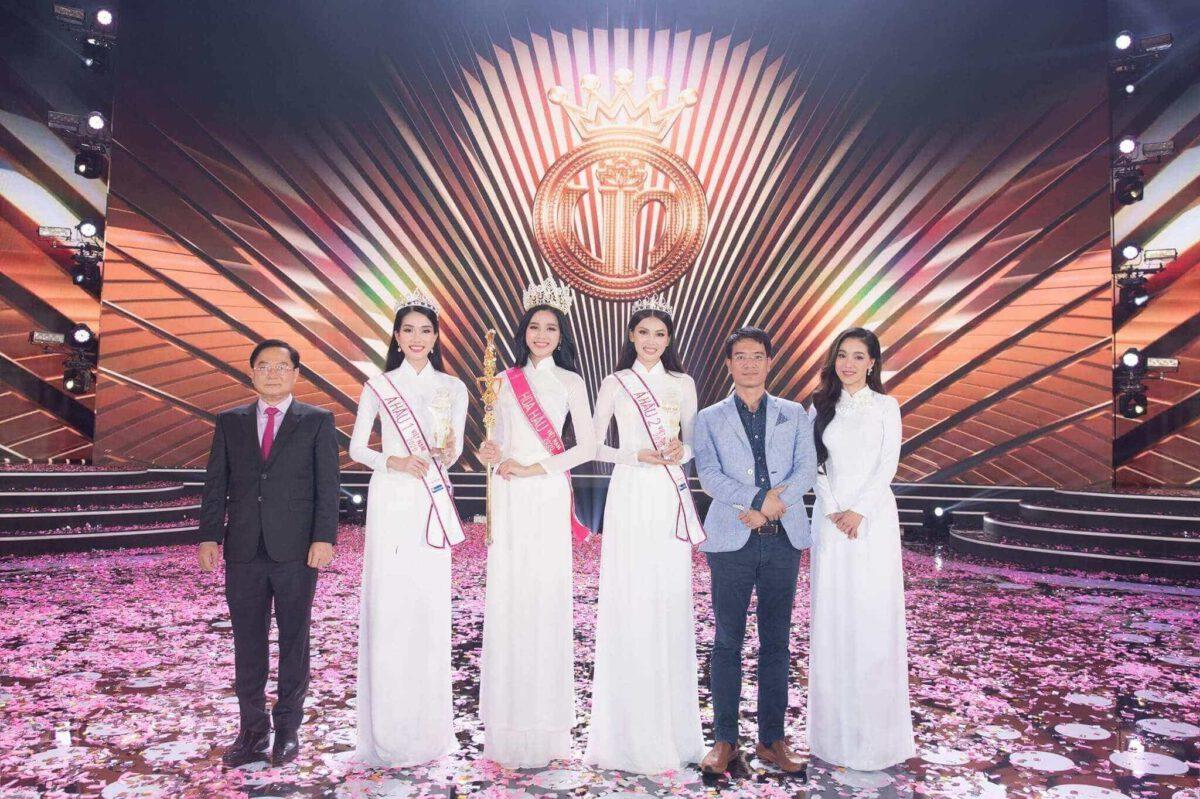 Ông Vũ Cao Thăng chụp hình lưu niệm cùng Top 3 Hoa Hậu Việt Nam 2020, bà Phạm Kim Dung & ông Lê Xuân Sơn