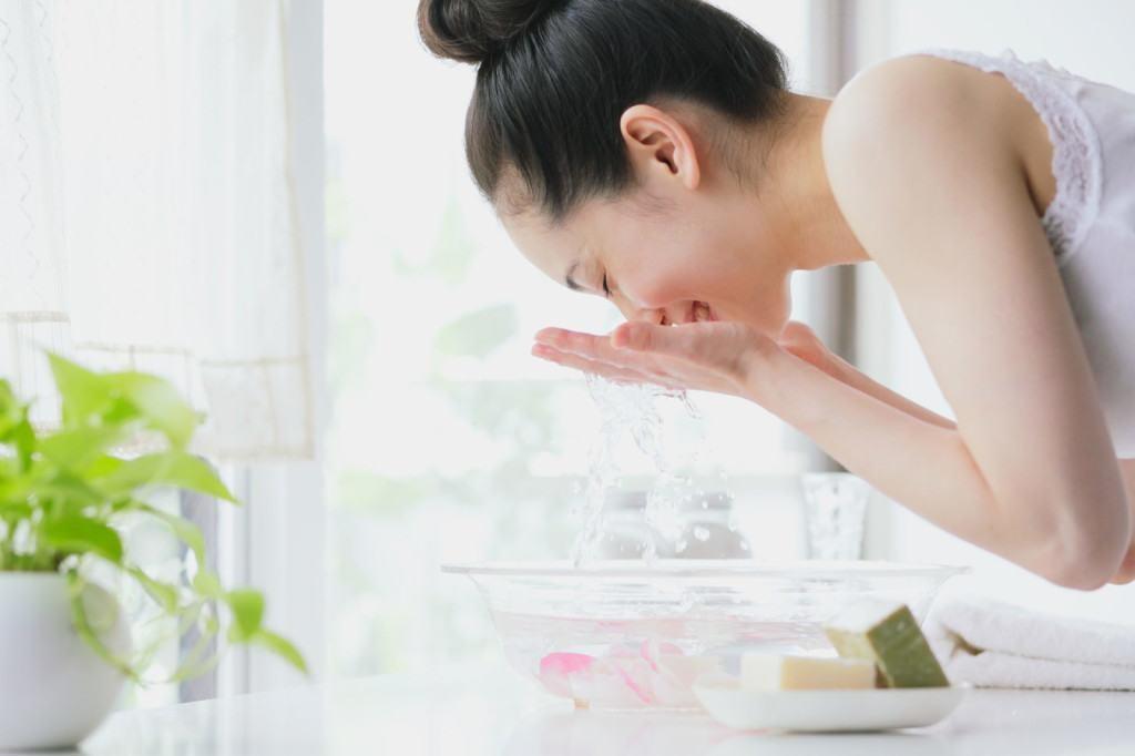 Rửa mặt là bước đầu tiên và quan trọng nhất trong chu trình dưỡng da