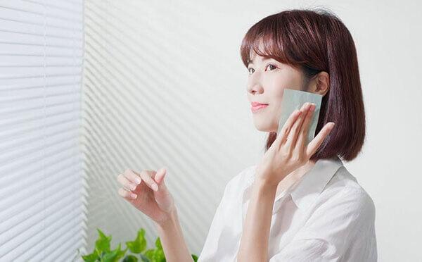 Sử dụng giấy thấm dầu vào thời điểm da của bạn bị tiết dầu quá mức - serum dưỡng trắng cho da dầu