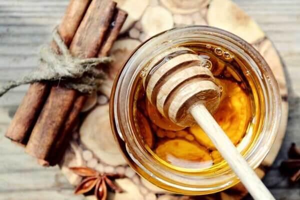 Sự phối hợp của mật ong và quế tạo công thức hoàn hảo để trị mụn