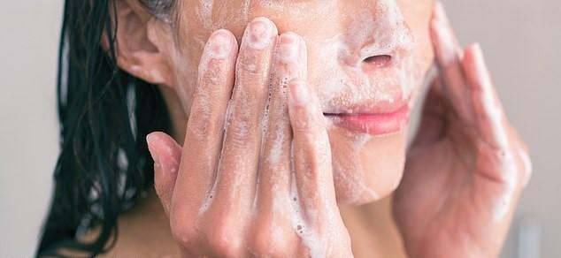 Sữa rửa mặt hoa cúc giúp làm mềm và dịu da