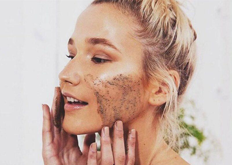 Tẩy da chết vật lý chỉ nên áp dụng khi da đã hết mụn