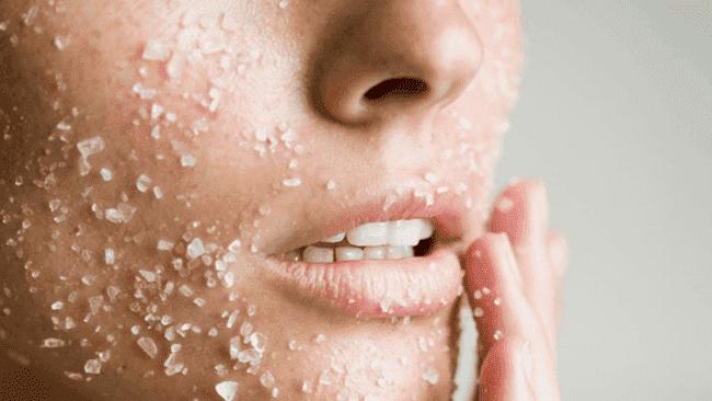 Thêm bước tẩy da chết sẽ giúp da bạn trở nên tươi sáng và sạch hơn rất nhiều - serum dưỡng trắng da se khít lỗ chân lông