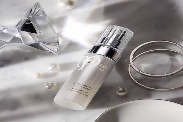 Tinh chất làm sáng da của Cé de peau có chứa phức hợp độc quyền Illuminating Complex EX