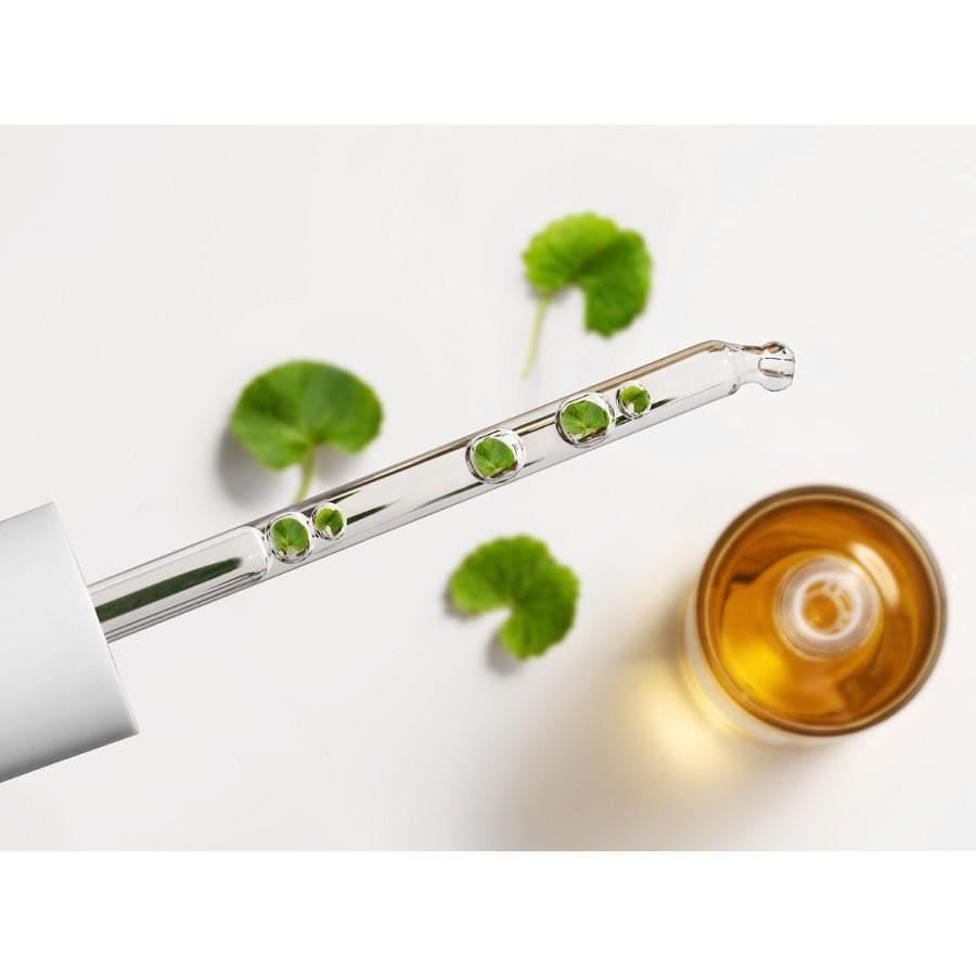 Tinh chất rau má giúp giảm viêm, làm dịu da mụn và hỗ trợ làm mờ vết thâm mụn