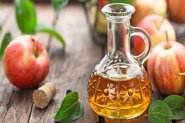 Trong giấm táo chứa rất nhiều acid có lợi trong việc giảm mụn - cách trị mụn tại nhà