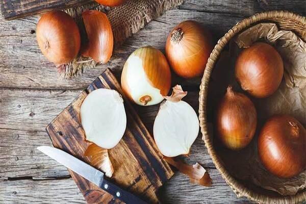 Trong hành tây có rất nhiều vitamin C giúp làn da nám trở nên hiệu quả hơn - trị nám da mặt bằng thiên nhiên