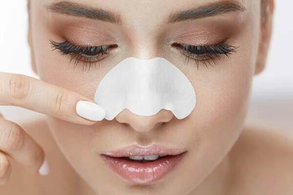 Tương tự như việc nặn mụn, dán mụn khiến mụn cám trở nên tồi tệ hơn - cách trị mụn cám ở mũi