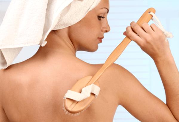 Vệ sinh vùng da lưng bằng cách tắm rửa mỗi ngày - kem trị mụn lưng
