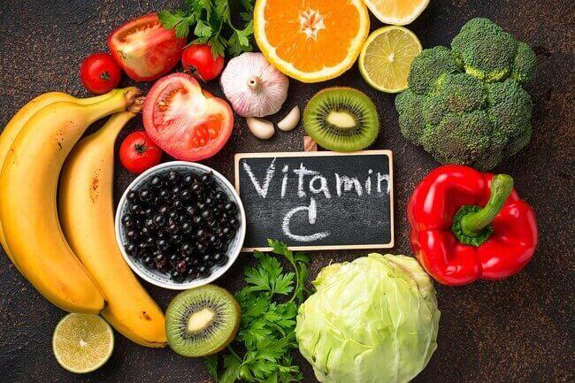 Vitamin C có từ nhiều nguồn cung cấp, không chỉ trong thực phẩm mà mỹ phẩm cũng rất phổ biến để làm sáng da