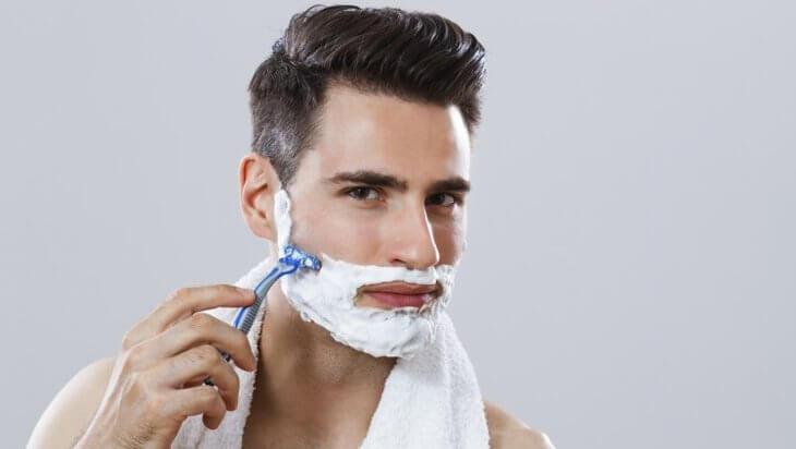 Cạo râu không đúng cách cũng gây mụn ở nam giới