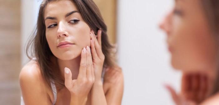 Có nhiều nguyên nhân khiến da mặt bị mụn