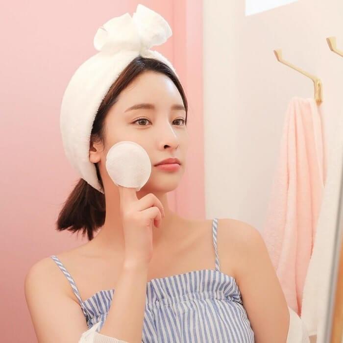 Dùng bông tẩy trang thấm nước hoa hồng thoa lên da sẽ hạn chế việc vi khuẩn gây hại