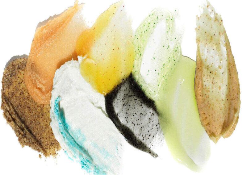 Dùng sữa rửa mặt có các hạt scrub.