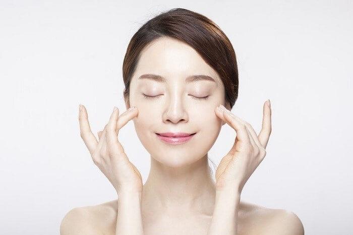 Giữ ẩm giúp da mềm mịn và khỏe đẹp hơn - chăm sóc da mặt bị mụn